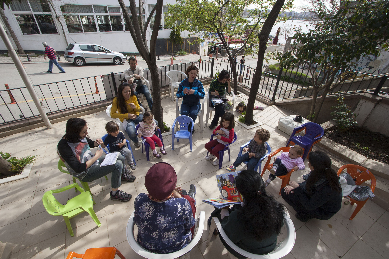 Moda Gönüllülerinde kitap okuyoruz
