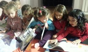 Moda'da Kitap Okuyan Çocuklar